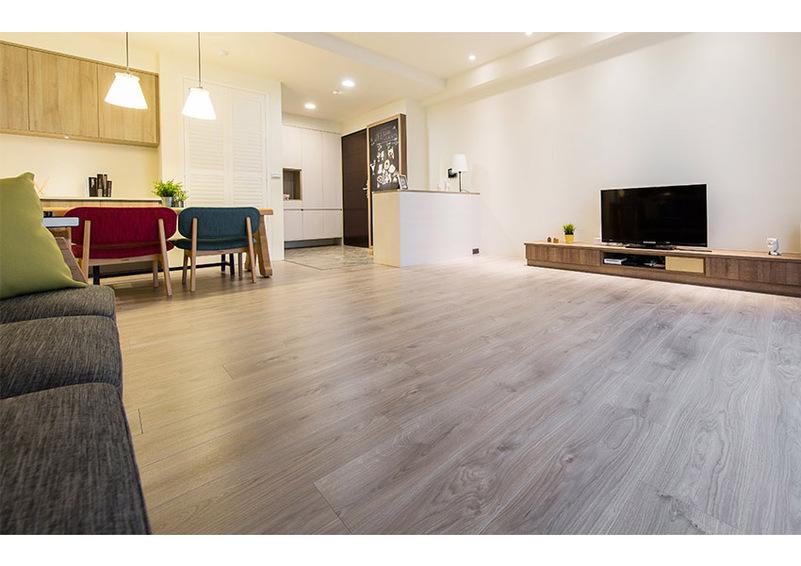 > 超耐磨木地板打造幸福北歐風親子宅 這對屋主夫妻倆為了兩個小孩的成長環境,因此除了計畫讓室內擁有木質系感受的現代風格,整個空間選擇全部鋪上了超耐磨木地板。 當他們與美福新竹門市專案顧問 Kiki 聊過後,才發現原來「真正的」超耐磨木地板優點還真是數不完;而他們接觸到的,正是奧地利品牌、擁有德國純正工藝的 EGGER「MEGAFLOOR 超耐磨木地板」,不只講到爛掉的耐磨、防潮、不上釘工法皆具備,還獲得國際環保認證及 R10 防滑等級認可,最重要的是,不論多少款式,都符合歐盟 E1 無毒低甲醛等級認